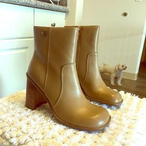 Tommy Hilfiger's squared toes camel leather boots!